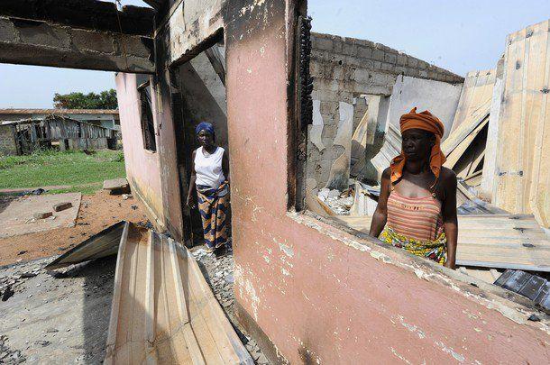 """duekoue 29 mars 2011 www.legrigriinternational.com ville martyre, près de 900 personnes massacrées en raison de leur appartenance ethnique par les """"Forces républicaines de Côte d'Ivoire"""" crées par Ouattara le 17 mars 2011... dénoncé par amnest"""