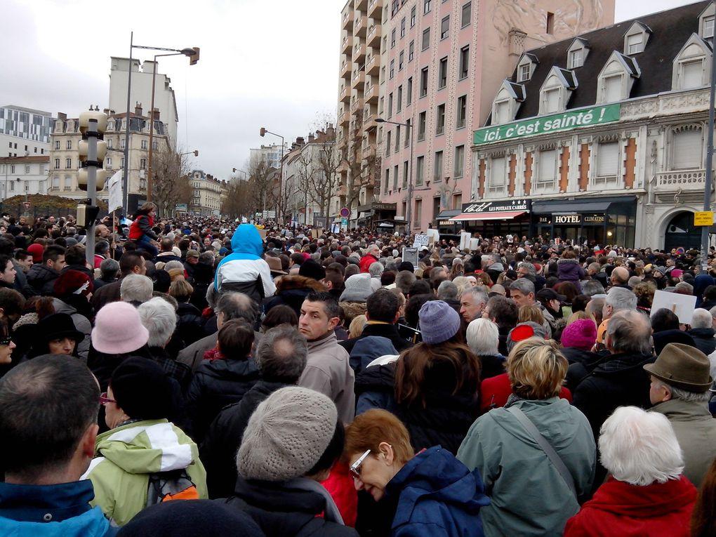 Une immense foule dans les rues de Saint-Etienne