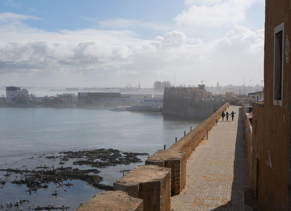 La dia de couverture date des années 50, bien sûr. Aujourd'hui, El Jadida garde un charme embrumé, avec la vieille cité portugaise dans l'enceinte de laquelle un four collectif cuit quotidiennement le pain des quelques habitants et touristes. La ville est à l'écart des circuits du tourisme de masse et elle s'en porte bien !