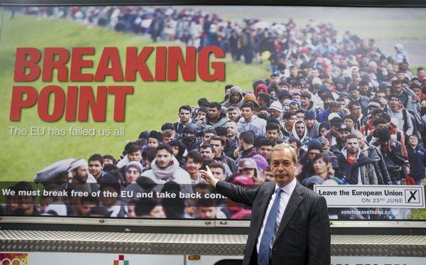 Niegel Farage, leader dell'Ukip (partito anti-europeista inglese), ha scelto questo slogan per il nuovo poster referendario pro Brexit. Sullo sfondo una massa di rifugiati che premono per entrare nel Paese.