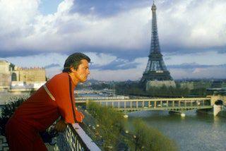 En 1985, Alain Delon pose sur la terrasse de son appartement face à la Tour Eiffel.