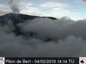 La Fournaise - Les premiers signes visibles de l'éruption du 04.02.2015 sur les webcams : à gauche, webcam du Piton de Bert, incandescence au coin supérieur gauche à 14h14 - à droite, webcam Piton basaltes 15h56 - un clic pour agrandir - source OVPF