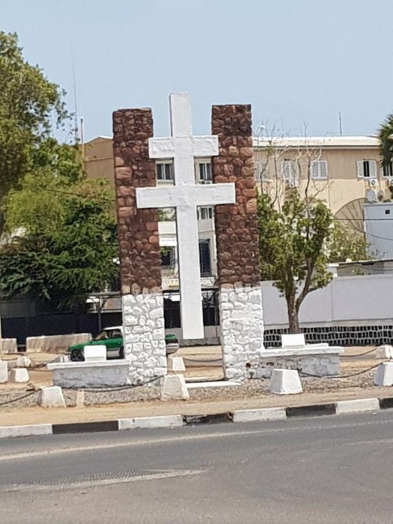 La place avec la Croix de Lorraine, avant et après les travaux.