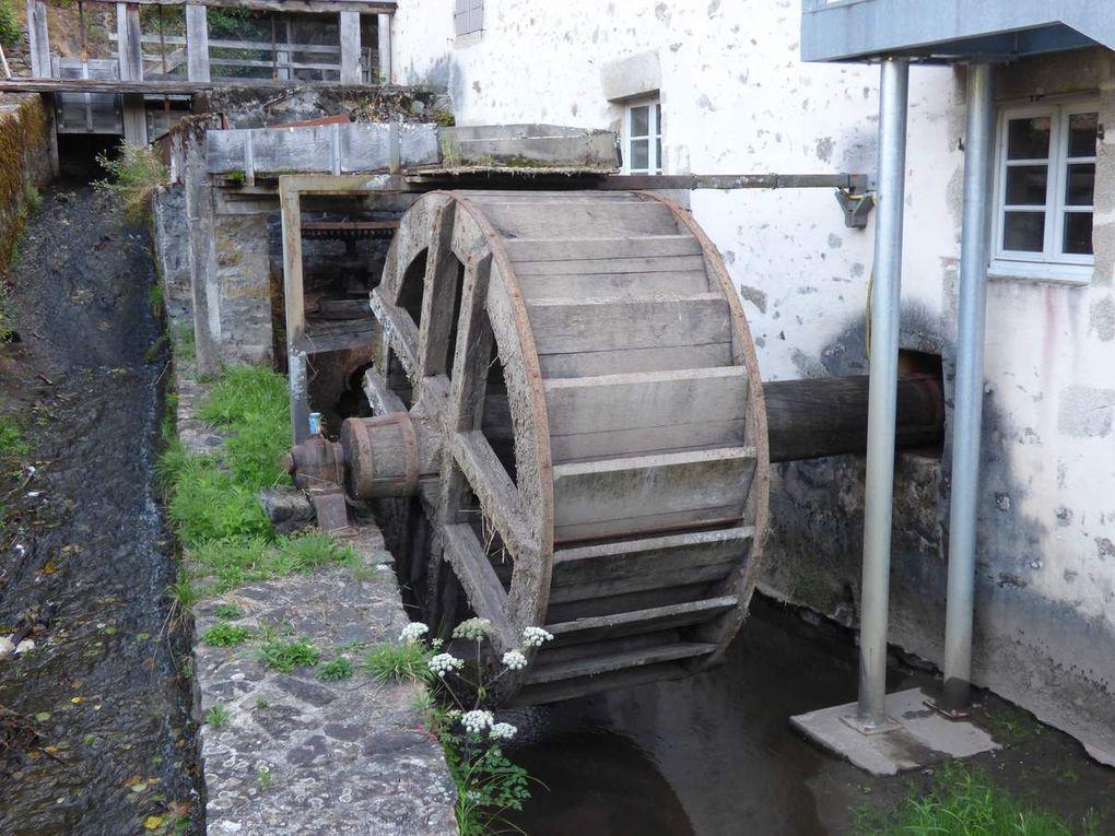 Si il y a des moulins à découvrir, celui-ci en fait partie, il ne faut surtout pas le manquer. Éducatif à souhait, lorsque vous en ressortirez après quasiment 1H30 à deux heures de visite, soyez assurés que vous ne regarderez plus le papier de la même façon qu' à votre entrée au moulin. Le moulin du Got a été activé le 7 août 2015 en compagnie de l' ami Alain, F1MMR/p qui avait fait le déplacement depuis Les Gonds en Charente-Maritime. Merci à lui pour la tenue du log et encore merci à tous le personnel du moulin pour cette très intéressante visite, leur disponibilité constante et leur amabilité.
