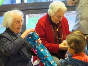 Ouverture des cadeaux à la crèche avec les résidents.. un bon moment d'intergénération !