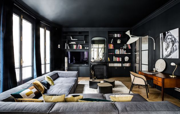 Le salon noir d'un appartement parisien