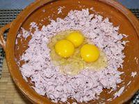 """2 - Préparer la base de la """"pizza"""" en émiettant le thon dans une jatte, rajouter 3 oeufs entiers, mélanger, incorporer ensuite le fromage blanc. Bien mélanger et assaisonner avec sel et poivre. Votre base de """"pâte"""" est prête !!"""
