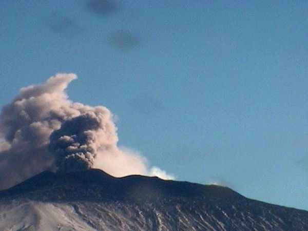 Etna 09.12.2015 respectively 9:01, 11:34 and 12:30- webcam Radiostudio 7 (6 -Bocca Nuova and SE Crater & 3)