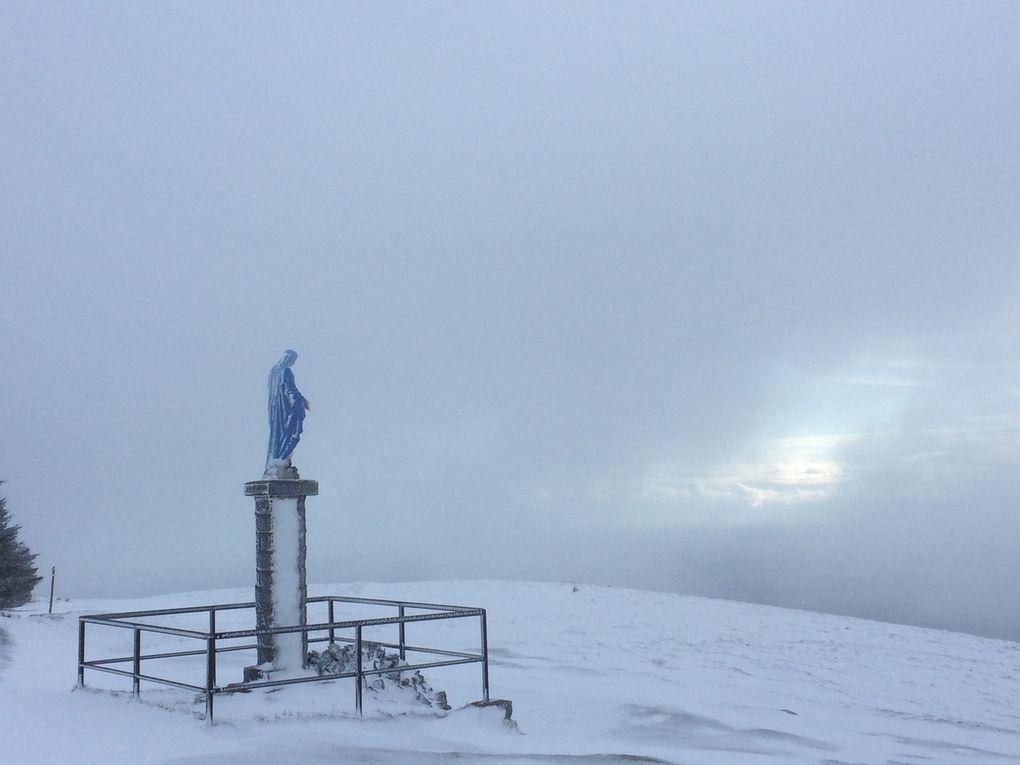 La statue de la Sainte Vierge scrute inlassablement l'horizon... Tout comme nous, à la recherche d'une éclaircie!!!