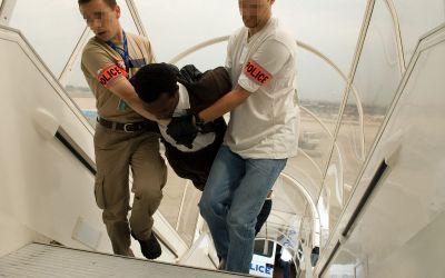 #Maroc / 1 pilote de la RAM refuse d'embarquer un menotté clando de Guinée Bissau... (#PardonPourLaCan)