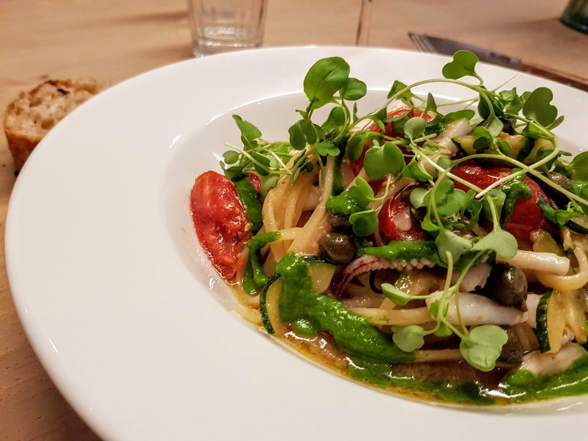 Linguine, tomates de Sicile, encornet, ail, purée de Mizuna Papi restaurant Paris 9