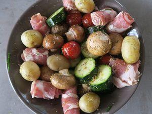 Brochettes de légumes et roulades de poitrine fumée, au grill-plancha