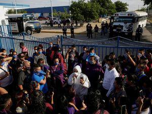Ouvriers Mexicains organisant des piquets de grêve devant leurs maquilas pour en exiger la fermeture