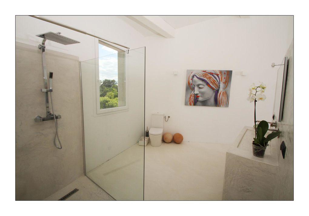 Le vaste volume donne à cette chambre au style contemporain une élégance certaine.  La chambre dispose d'un lit « King size » 180x200 et d'une douche à l'italienne de couleur claire pour vous procurer des sensations de bien-être et de séréni