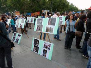 Le mouvement de Gezi, en juin 2013, coïncidait avec le vingtième anniversaire de l'émeute de Sivas. Sur la place de Taksim, l'Association Pir Sultan a disposé des panneaux avec un récit de l'événement et les portraits des victimes. L'événement est-il encore connu des plus jeunes? Il y eut beaucoup de discussions autour de ces panneaux. Photos E.C..