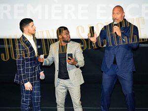 Nick Jonas, Kevin Hart et Dwayne Johnson immortalisent leur passage sur la scène du Rex