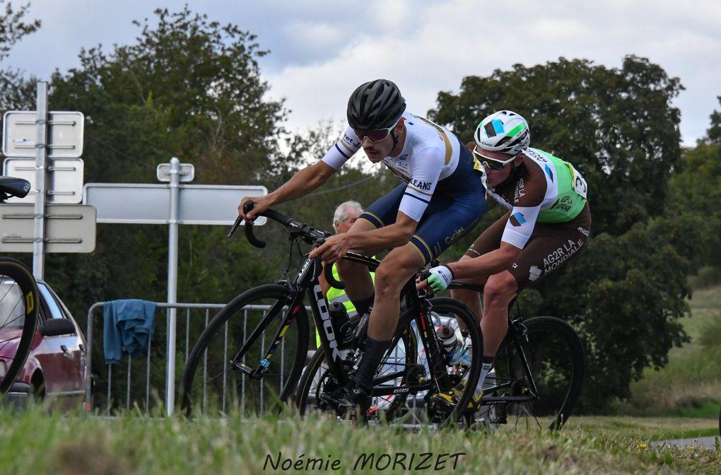 Paul Lapeira (Chambéry Cyclisme Formation) a remporté,  la 77e édition du Grand Prix des Grattons (Elite Nationale), première épreuve du Challenge Boischaut-Marche, disputée à Châteaumeillant (Cher). Après 118,8 kilomètres de course, il a devancé Siim Kiskonen (EC Saint-Etienne Loire) et Clément Carisey (Team Pro Imm). - (Noémie MORIZET - Actualité - DirectVelo - Nadine MARECHAL - Les5e-resultats)