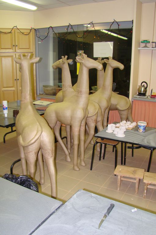 stage CETL 2009 ... collage de papier de soie sur une girafe en carton