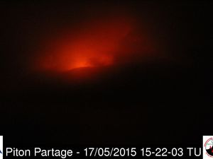 Piton de la Fournaise / 17.05.2015 - On the left, the eruption seen by the webcam Piton Bert at 11:02 am TU; right by the webcam Piton Partage at  3:22 p.m. TU - a clic to enlarge