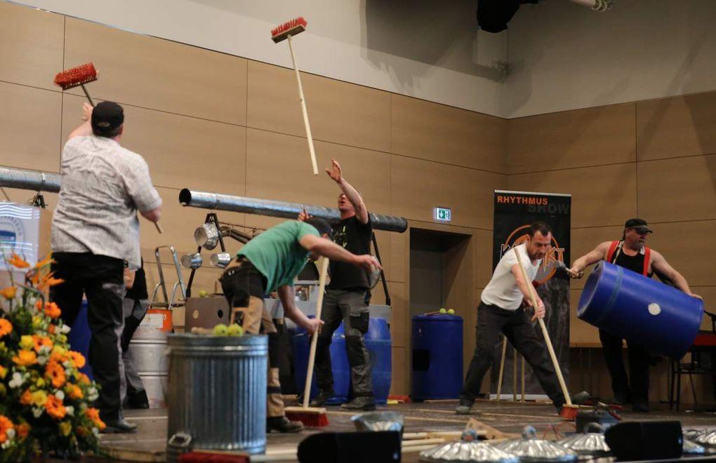 """Die Gruppe """"Kontakt"""" aus Güntersleben erwiesen sich als wahre Krawallmacher und sorgten mit Besen, Stöcken, Fässern, Mülltonnendeckeln und dergleichen für ein ohrenbetäubendes, rhytmisches Höllenspektakel auf der Bühne."""