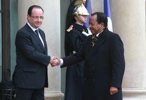 """Le """"chef de guerre"""" Hollande accueille le dictateur françafricain Paul Biya sur le perron de l'Elysée."""