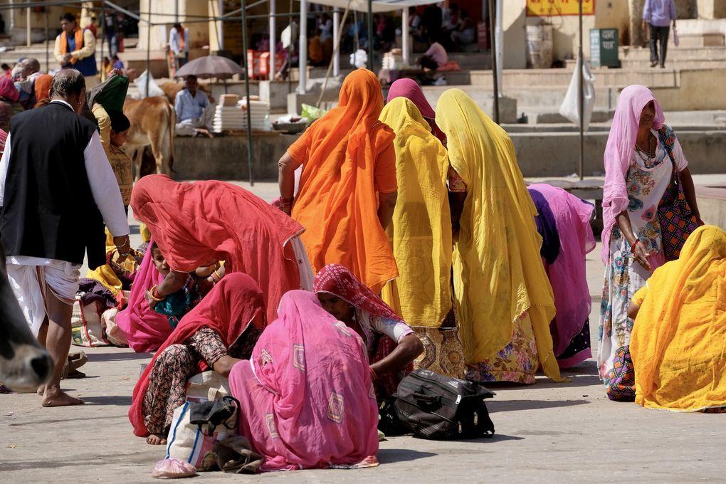 """Les Ghats offrent une éruption de vie et de couleurs extraordinaires...les scènes de vie se succèdent les unes aux autres et c'est un défilé de rituels """"hindouistes"""" auxquels nous assistons dans la plus grande ferveur."""