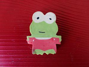 """La grenouille sur fond rouge """"Et moi, je suis la plus petite!"""", Cl. Elisabeth Poulain"""