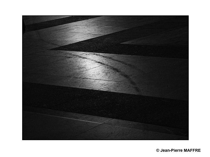 Le rapprochement du noir et du blanc, des lignes et des formes dans la lumière du soir.