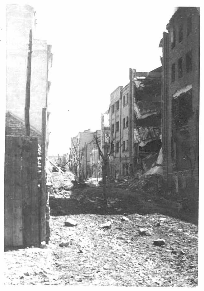 La rue Kicevska à Belgrade après le bombardement