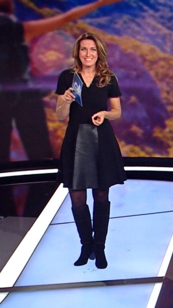 Anne-Claire Coudray, ultra chic dans sa robe noire bi-matière