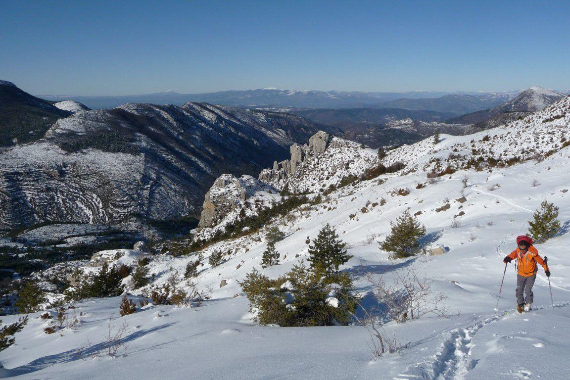 à la montée sur les pentes suspendues versant sud-ouest de l'Hauteur, au-dessus des tours du point coté 1516 et des strates de l'Eirouelle en face et les strates