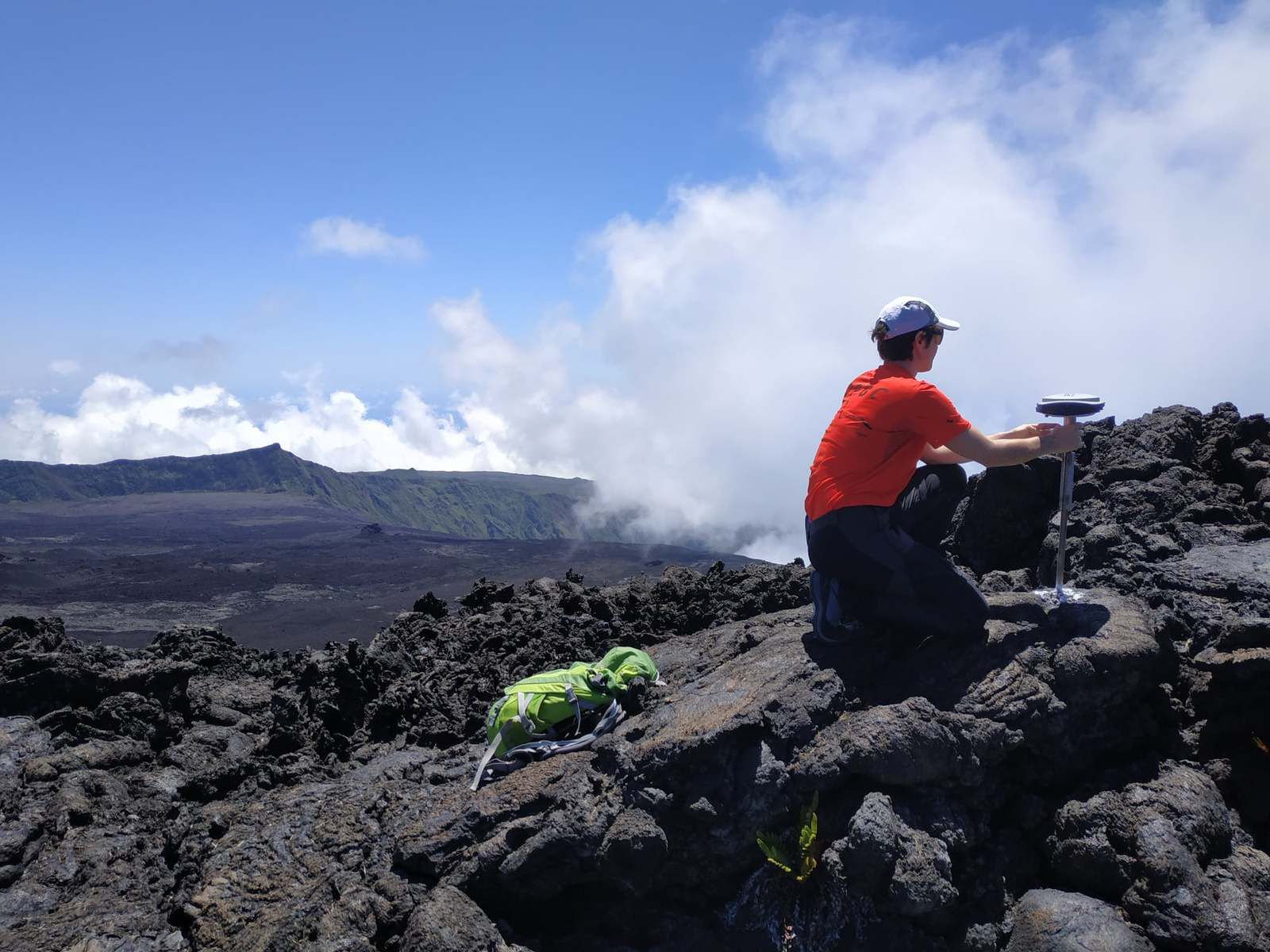 The OVPF teams on Piton de La Fournaise for post-intrusion GPS measurement campaigns. These data will make it possible to trace more precisely the path that the magma took in depth during the intrusion of September 28-29. - photo OVPF 16.11.2020