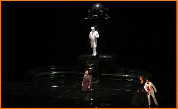 Acte III premier Tableau : Ludovic Tézier (Renato), Deborah Voigt (Amelia) et Anna Christy (Oscar)