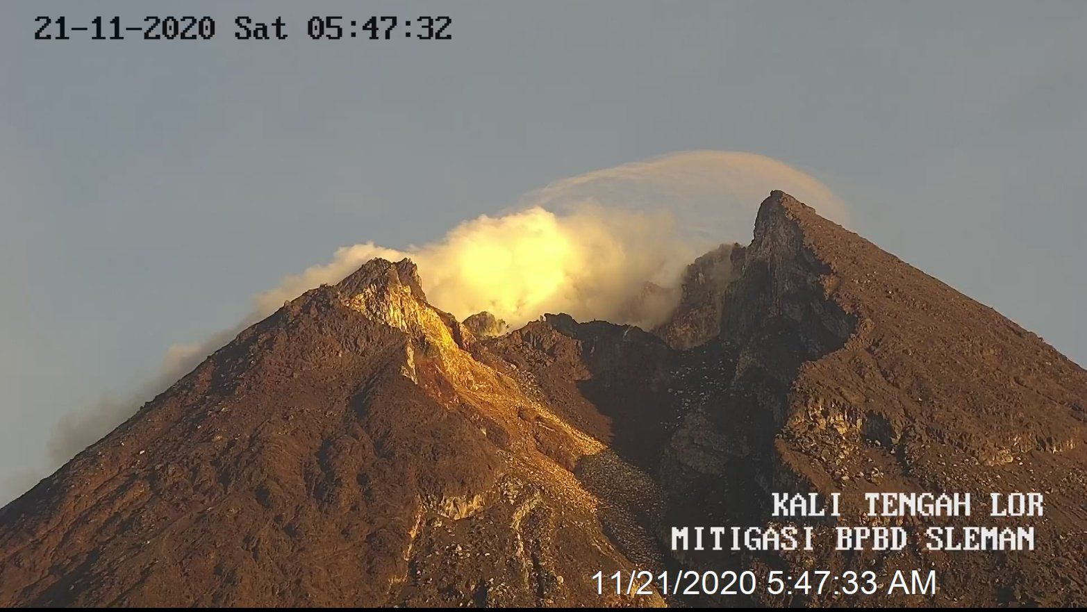Merapi this morning - 21.11.2020 / 05h47 - Doc. BPBD Sleman