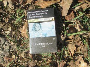 A la Croix de l'Iff. Deux paquets de cigarettes et une cannette.