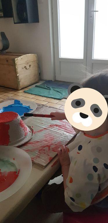 Les garçons ont fabriqué un petit déguisement de cow-boy pour Mardi Gras, ont confectionné un gâteau pour l'anniversaire d'Elio, et comme tous les mois le mot février