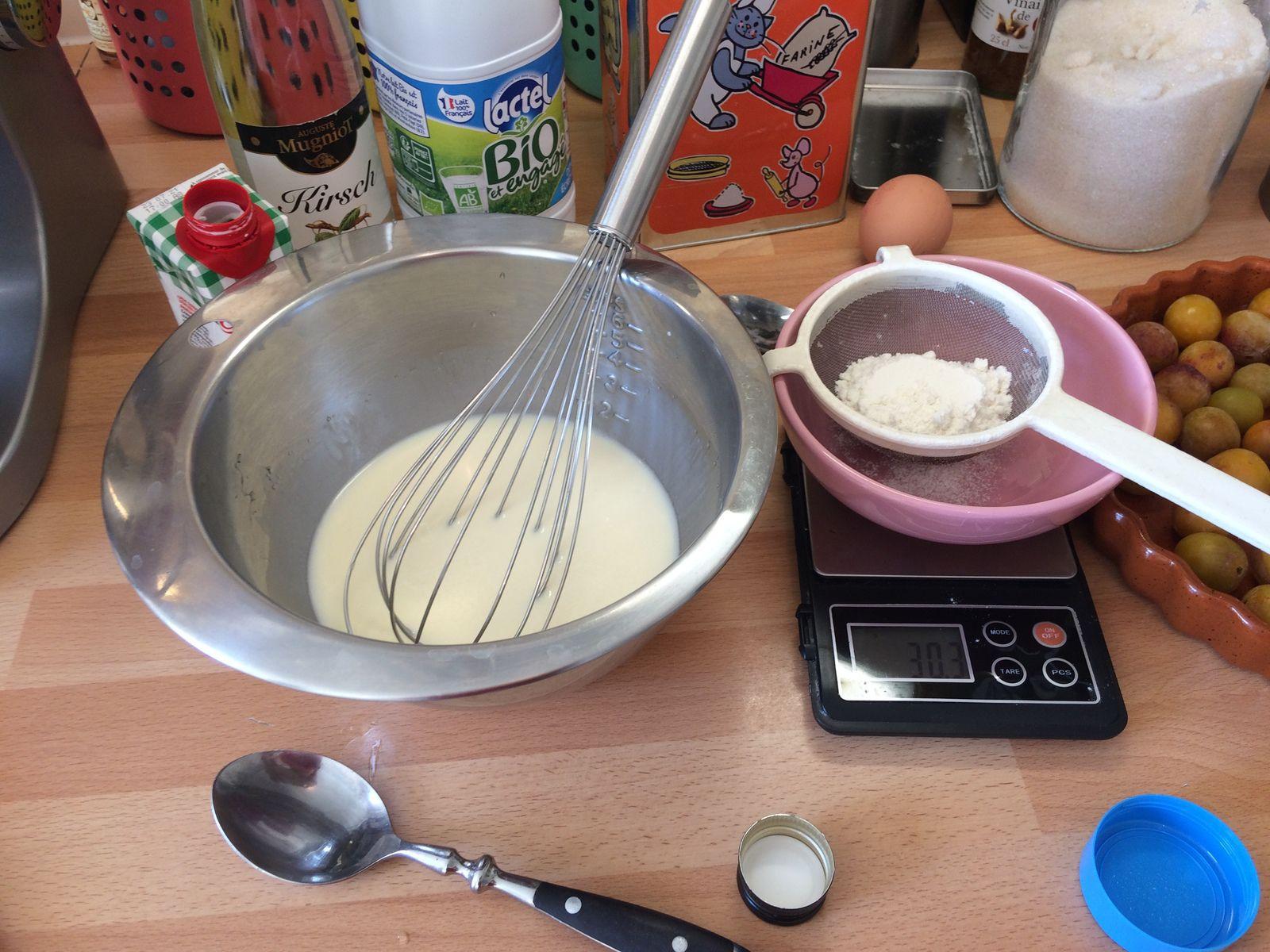 Vu que j'ai pris un moule très plat, j'ai décidé de faire la moitié de ma quantité habituelle - et pour cette fois j'ai commencé par l'oeuf et les liquides, mais d'ordinaire j'ajoute l'oeuf et les liquides à la farine et au sucre.