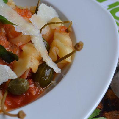 Pâtes aux tomates fraiches, basilic et fleurs de câpres