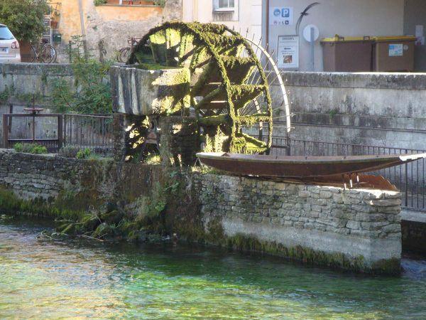 Harley davidson 883 carbu en escale à l'Isle sur la Sorgue et Fontaine de Vaucluse