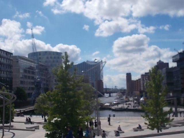 Hamburg, son port, son Elbe, son passage sous l'Elbe, son marché au poissons du dimanche matin où se croisent fêtards et clients du marché pour boire, petitdejeuner et danser ensemble, sa rue interdite aux femmes, (un scandale),  ses églises et son Elbphilharmonie.....ferry gratuit.....