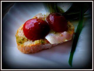 Tapa de fiambre de pollo con tomates cherry y mojo verde