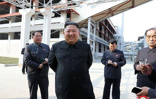 La Corée du Nord tire des coups de feu vers la Corée du Sud dans `` une démonstration de force que Kim Jong-un est toujours sous contrôle '' après avoir refait surface au milieu de ses déclarations de décès (photos)