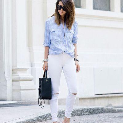 ¡Llévate la camiseta azul con rayas blancas, es ineludible!