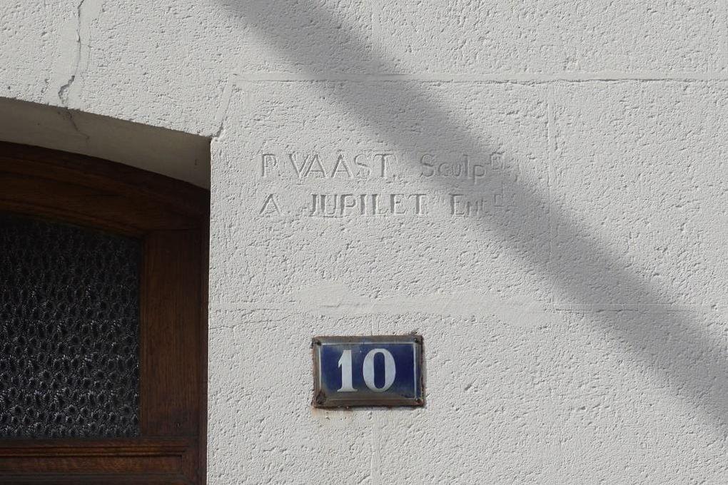 Les entrepreneurs se rappellent à nous avec leur signature sur les façades