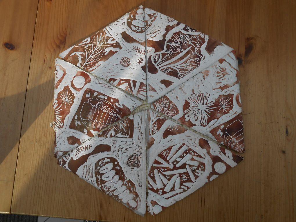 livre triangulaire ,papier de chanvre et de morta rouge avec linogravures
