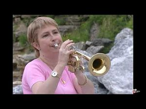 Chantal soulu, elle joue aussi bien du saxophone que de la trompette pour celle qu'on surnomme la fée du musette