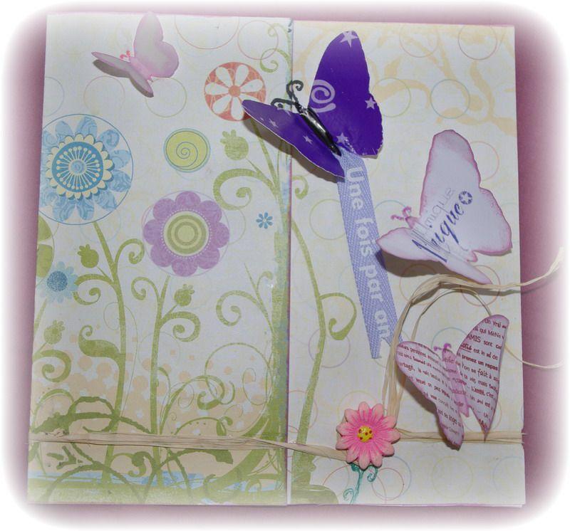 De petits bouts de papiers savamment assemblés forme une carte personnalisée raffiné, pleine de créativité. Même les enveloppes sont décorées et envoyées.