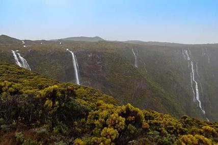 Sur la route du volcan ce matin des cascades éphémères de partout avec les fortes pluies