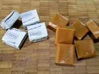 1 - Tailler les 10 carrés de chocolat noir en petits morceaux et faire de même avec les caramels au beurre salé et les cerneaux de noix. Mélanger le tout dans un récipient.