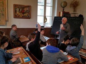 Les classes de 6e et 5e découvrent l'école d'autrefois grâce à l'Encrier au Champ